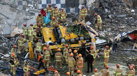 Building collapses onto road in S Korea, hitting bus & leaving 9 dead, 8 injured (VIDEO)